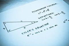 Geometrische Formeln geschrieben auf ein Weißbuch Stockbilder