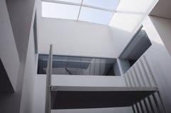 Geometrische Gebäudearchitektur mit Oberlicht Stockbild
