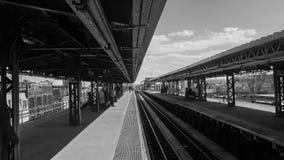 Geometrische Linien in der U-Bahnstation Stockfoto