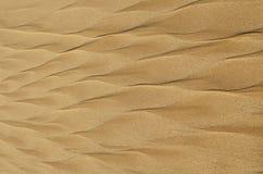 Geometrische Muster auf Strandsand in Form einer Feder Lizenzfreies Stockbild