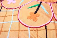 Geometrische Muster der traditionellen Blume auf Bettabdeckung Stockfotografie