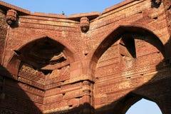 Geometrische Muster und arabische Kalligraphie wurden auf den Wänden von einer der Hallen bei Qutb gestaltet, das minar ist in Ne Lizenzfreie Stockfotografie