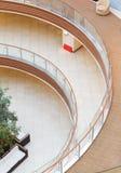 Geometrische Muster von den mehrstufigen Balkonen in der Architektur eines leeren Einkaufszentrengebäudes Stockfotos