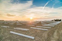 geometrische ontwerpen van steunpolen in landbouwgronden Stock Foto