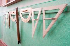 Geometrische Versorgungen der Demonstration für Studenten hängen in Folge Stockfoto