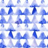 Geometrische Verzierung von Dreiecken der blauen Tinte auf weißem Hintergrund Nahtloses Muster des Aquarells Stockfoto