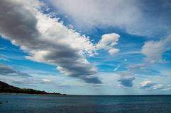 Geometrische Wolken in Cala Ginepro Stockfotos