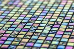 Geometrisches blaues, purpurrotes und grünes Mosaikfliesenmuster Tapetenbeschaffenheitshintergrund Stückchenfliesen für Bau und r Lizenzfreie Stockfotos