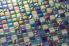 Geometrisches blaues, purpurrotes und grünes Mosaikfliesenmuster Tapetenbeschaffenheitshintergrund Stückchenfliesen für Bau und r Stockfotografie