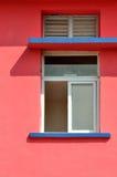 Geometrisches Muster auf farbiger Architektur Lizenzfreie Stockfotos