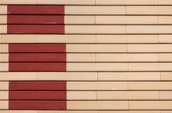 Geometrisches Muster von Beige- und Terrakottarechtecken auf der Wand Lizenzfreies Stockfoto