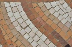 Geometrisk diagonal modellbakgrund som göras från bruna mosaiktegelplattor arkivfoto