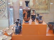 Geometrisk krukmakeri i det arkeologiska museet av forntida Corinth, Grekland Royaltyfri Foto