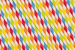Geometrisk randig bakgrund för abstrakt mångfärgad regnbåge av drycksugrör Arkivfoton