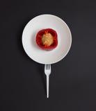 Geometrisk stilleben med peppar, plattan och gaffeln Arkivbild