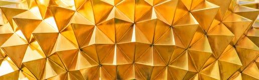 Geometrisk textur av guldpläterad metall arkivbild