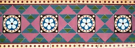 Geometriska färgade tegelplattor royaltyfri bild