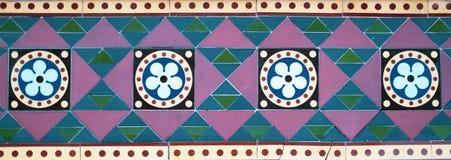 Geometriska färgade tegelplattor royaltyfria foton