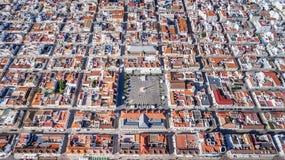 _ Geometriska former av byn Vila Real Santo Antonio från himmel Arkivfoton