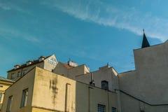 Geometriska former och linjer från byggnader och hus i Prague, i en härlig dag med blå himmel royaltyfria bilder