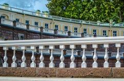 Geometriska linjer med vita balustrader och räcke på marmortrappan av slotten i Oranienbaum royaltyfria bilder