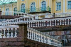 Geometriska linjer med vita balustrader och räcke på marmortrappan av slotten i Oranienbaum royaltyfri foto