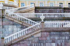 Geometriska linjer med vita balustrader och räcke på marmortrappan av slotten i Oranienbaum arkivbilder