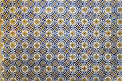 Geometriska mosaiktegelplattor på en vägg som bakgrund Arkivbilder