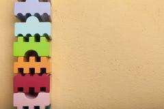Geometriska träkvarter av olika färger Kopiera utrymme f?r text royaltyfri foto