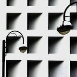 Geometriskt abstrakt begrepp i verklig svartvit färg, gataljus, fasaden av byggnaden med fönster, fodrar skuggor Royaltyfria Bilder