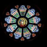 Geometriskt dekorativt målat glassfönster för rosett, kyrklig St Lambertus, Mettmann, Tyskland royaltyfri bild