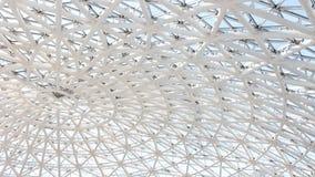 Geometriskt glass tak i solig dag arkivfilmer