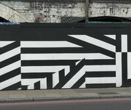 Geometryczna Uliczna sztuka, graffiti w Londyn/, Czarny i bia?y lampasy obrazy stock