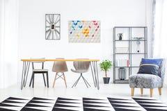 Geometryczny dywan w jadalni zdjęcia stock