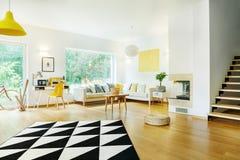 Geometryczny dywan w otwartej przestrzeni zdjęcie royalty free