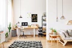 Geometryczny dywan w wielofunkcyjnym workspace zdjęcie royalty free