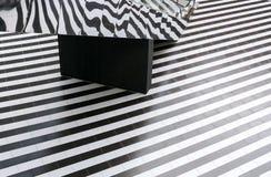 Geometryczny wzór czarny i biały podłoga lampasy i odzwierciedlający eskalator Zdjęcie Royalty Free