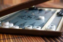 Geopend backgammon, minilijstspel voor reis royalty-vrije stock afbeelding