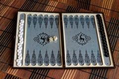 Geopend backgammon, minilijstspel voor reis stock foto's
