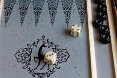 Geopend backgammon, minilijstspel voor reis stock afbeelding