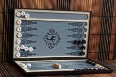 Geopend backgammon, minilijstspel voor reis stock afbeeldingen