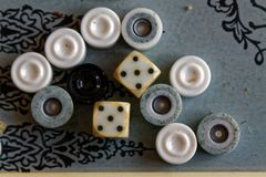 Geopend backgammon, minilijstspel voor reis, hoogste mening royalty-vrije stock foto's