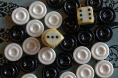 Geopend backgammon, minilijstspel voor reis, hoogste mening stock fotografie