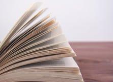 Geopend boek, die op een houten achtergrond liggen Royalty-vrije Stock Fotografie