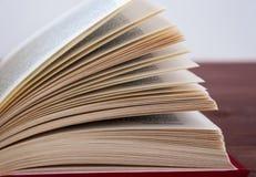 Geopend boek, die op een houten achtergrond met het stemmen liggen Royalty-vrije Stock Afbeeldingen