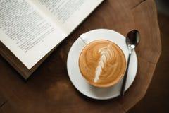 Geopend boek en een kop van koffie Royalty-vrije Stock Foto