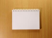 Geopend boek met blanco pagina Stock Foto's