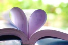 Geopend boek met hart gestalte gegeven pagina stock fotografie
