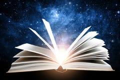 Geopend boek met melkweg Elementen van dit die beeld door NASA wordt geleverd stock fotografie