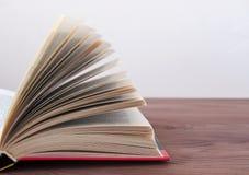 Geopend boek, op een houten achtergrond met het stemmen Stock Foto's